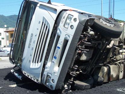 Si ribalta il rimorchio di un camion traffico in tilt per - Foto di grandi camion ...